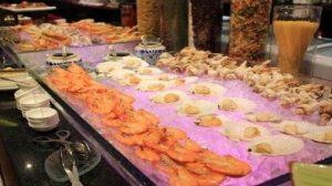 """爆料 泰国的海鲜自助,中国游客狂吃龙虾大闸蟹,引起周围人的""""嘲笑"""""""